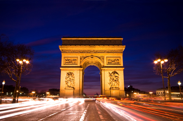Weekend in Paris- Nightime photo of the Arc de Triomphe in Paris