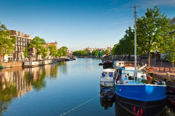 Weekend in Amsterdam - traditional house boats accommodation